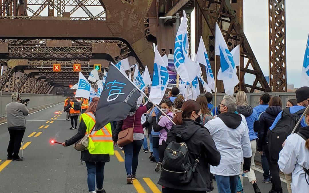 Négociation des professionnelles en soins: des ponts de Québec et de Montréal pris d'assaut